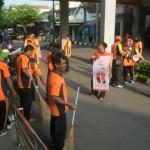 Para pegawai Kantor Pos Sukoharjo membersihkan kawasan sekitar Pasar Ir. Soekarno Sukoharjo, Sabtu (20/2/2016). (Rudi Hartono/JIBI/Solopos)