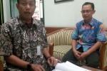 Caption: Wali Kota Jogja Haryadi Suyuti memperlihatkan salah satu dokumen persratan pengusulan Lafran Pane jadi pahlawan nasional. (Ujang Hasanudin/JIBI/Harian Jogja)