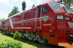 Teknisi PT Inka Madiun memeriksa lokomotif anti banjir berkode DH CC 300, Jumat (26/2/2016). (JIBI/Solopos/Antara/Siswowidodo)