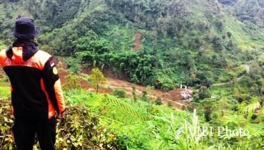Bencana tanah longsor susulan terjadi di Dusun Tasin, Desa Beruk, Jatiyoso, Jumat (12/2/2016) pukul 00.30 WIB. Tanah longsor menyapu lahan pertanian, jembatan, 1 excavator, 1 ekor sapi, 3 ekor kambing, satu rumah dan toko, dan membendung sungai yang mengalir di dekat Dusun Jengglong. (Sri Sumi Handayani/JIBI/Solopos)