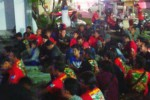 Nonton bareng Konser Nominasi 21 Besar dari Grup 5 Dangdut Academy 3 di depan Apollo, Kota Ponorogo, Jumat (12/2/2016). (Facebook.com- Chichi Kharisna Yuan)
