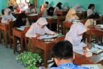 Sejumlah siswa dan siswi sekolah lanjutan tingkat atas mengerjakan soal Olimpiade Sains di SMA Negeri 5 Madiun, Kamis (18/2/2016). (JIBI/Masiunpos/Istimewa-Humas Pemkot Madiun)