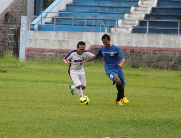 Kapten PSIS Semarang, Fauzan Fajri (kanan), berusaha melewati kawalan pemain dari suporter Panser Biru pada laga persahabatan bertajuk Tombo Kangen di Stadion Jatidiri, Semarang, Sabtu (6/2/2016). Laga ini dimenangkan PSIS dengan skor telak 15-1. (Imam Yuda Saputra/JIBI/Solopos.com)