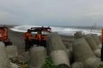 Personil Basarnas menyisir area timur bibir Pantai Glagah dalam rangka pencarian korban tenggelam menggunakan kendaraan ampibi pada Senin (1/2/2016). (Sekar Langit Nariswari/JIBI/Harian Jogja)