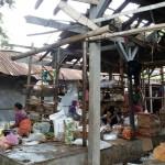 Atap bangunan kios di Pasar Klego, Kecamatan Klego, Boyolali, rusak akibat tertimpa pohon asem dan sampai sekarang belum diperbaiki Pemkab Boyolali, Kamis (4/2/2016). (Muhammad Ismail/JIBI/Solopos)