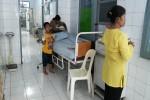 Rafi (4th), Salah satu pasien asal Kecamatan Nglipar, Gunungkidul yang terpaksa melakukan perawatan medis di selasar RSUD Wonosari karena ruang inap mengalami overload, Selasa (23/2/2016). (Mayang Nova Lestari/JIBI/Harian Jogja)