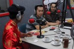 Panitia PBTY bagian Humas dan Publikasi Frista (tengah) dan Leong Ho (paling kanan) saat talkshow di Radio Star Jogja FM, Jogja, Rabu (10/2/2016) malam. (Kusnul Isti Qomah/JIBI/Harian Jogja)
