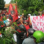 DUGAAN IJAZAH PALSU : Dituding Memfitnah, Massa PDIP Sukoharjo Datangi dan Merusak Rumah Widiono