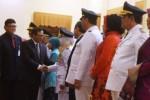 Sekretaris Kabinet Pramono Anung (kedua dari kiri) bersama Menteri Dalam Negeri Tjahjo Kumolo (kiri) menyalami bupati-wakil bupati dan wali kota-wakil wali kota terpilih seusai pelantikan di Gedung Grahadi, Surabaya, Rabu (17/2/2016). (JIBI/Solopos/Antara/Zabur Karuru)