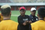 Dengan mata kanan yang masih ditutupi pelindung paska operasi beberapa hari lalu sudah nampak di latihan PSS Sleman yang digelar di Stadion Maguwoharjo, Jumat (12/2/2016). (Arief Junianto/JIBI/Harian Jogja)