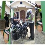 KISAH UNIK : Apes! Pengendara Motor Ditilang di Depan Rumah Sendiri