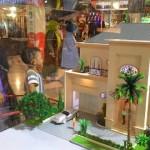 Pengunjung melihat maket rumah yang ditawarkan salah satu pengembang di Solo Paragon Lifestyle Mall, Minggu (7/2/2016). (Shoqib Angriawan/JIBI/Solopos)