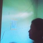 Warga Selopukang, Sumber, Wonogiri, menunjukkan retakan pada dinding dan teras rumahnya, Rabu (17/2/2016). Warga resah karena pergerakan tanah di wilayah tersebut terus terjadi. (Bayu Jatmiko Adi/JIBI/Solopos)