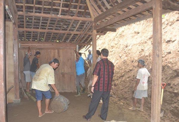Warga bersama relawan kerja bakti membersihkan material longsor di Dusun Gedong, Desa Purwosari, Kecamatan Girimulyo, Kulonprogo, Kamis (11/2/2016). (Rima Sekarani/JIBI/Harian Jogja)