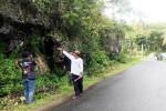 Warga menunjukan rekahan tebing bukit yang ada du Dusun Tungu, Girimulyo, Panggang. Sabtu (13/2/2016). (David Kurniawan/JIBI/Harian Jogja)