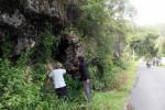 Warga menunjukan rekahan tebing bukit yang ada di Dusun Tungu, Girimulyo, Panggang. Sabtu (13/2/2016). (David Kurniawan/JIBI/Harian Jogja)