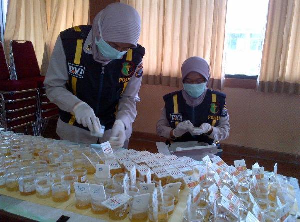 Petugas Biro Dokter dan Kesehatan (Bidokkes) dan Rumah Sakit (RS) Bhayangkara Polda DIY memeriksa kandungan urine anggota Polres Kulonprogo, Selasa (9/2/2016). (Rima Sekarani/JIBI/Harian Jogja)