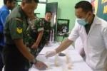 Anggota TNI dari Kodim 0803 Madiun memgikuti tes urine di Makodim Madiun, Senin (29/2/2016). (Abdul Jalil/JIBI/Madiunpos.com)