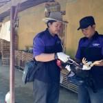 Petugas Puskeswan memberikan vaksin ke unggas milik warga di Dukuh Mladri, Desa Tempursari, Sambi, Boyolali, Senin (22/2/2016). (Muhammad Ismail/JIBI/Solopos)