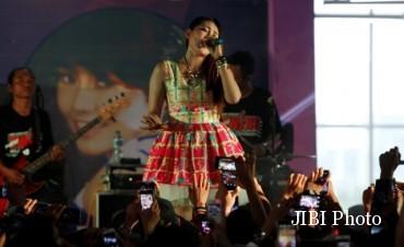 Pedangdut Via Vallen menyanyikan beberapa lagu dalam acara bertajuk Dangdutan di Hartono Trade Center (HTC) Solo Baru, Grogol, Sukoharjo, Minggu (31/1/2016).(Ahmad Fauzan/JIBI/Solopos)