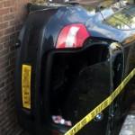 Mobil menempel di dinding usai menghindari kecelakaan lalu lintas. (Istimewa)