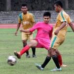 Pemain Persis muda (pink) berebut bola dengan pemain Al Watoni dalam laga uji coba di stadion Sriwedari, Solo, Selasa (1/3/2016). (JIBI/SOLOPOS/ Sunaryo Haryo Bayu)