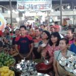 JOKOWI PUNYA CUCU : Pengunjung dan Pedagang Pasar Gede Berebut Jenang Merah-Putih