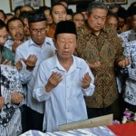 Presiden Ke-6 Indonesia Susilo Bambang Yudhoyono (depan, kedua dari kanan) berdoa bersama di dekat peti berisi jenazah anggota DPD asal Jateng yang juga Ketua Umum PB PGRI, Sulistyo, saat melayat di rumah duka di Semarang, Jateng, Selasa (15/3/2016). Almarhum Sulistyo meninggal dalam peristiwa kebakaran ruang tabung di RSAL Mintohardjo, Jakarta, Senin (14/3/2016). (JIBI/Solopos/Antara/R. Rekotomo)