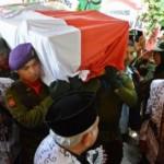 Sejumlah anggota Resimen Mahasiswa (Menwa) mengusung peti jenazah anggota DPD asal Jateng yang juga Ketua Umum PB PGRI, Sulistyo, saat memasuki rumah duka di Semarang, Selasa (15/3/2016). (JIBI/Solopos/Antara/R. Rekotomo)