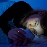 Ilustrasi main handphone sebelum tidur (Dailymail.co.uk)