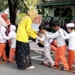 Komunitas Anak Bawang Solo kenalkan permainan estafet bakiak di CFD Solo, (20/3/2016). (Afroh Ellyfa/JIBI/Solopos.com)