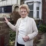 Foto Florence Tall di depan rumahnya (East News)