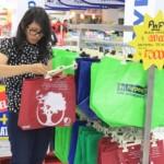 Pelanggan memilih produk tas ramah lingkungan yang dijual di Hypermart Hartono Mall Solo Baru, Minggu (28/2/2016). Hypermart mendukung program pemerintah untuk mengurangi sampah plastik dengan menerapkan kantung plastik berbayar. (Shoqig Angriawan/JIBI/Solopos)