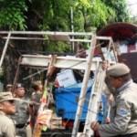 Satpol PP Semarang Bongkar Hunian Liar di Petudungan