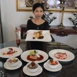 Karyawati menunjukkan menu kuliner di Soga Restaurant & Lounge Solo, Kamis (10/3/2016). (Shoqib Angriawan/JIBI/Solopos)