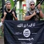 Seorang pejuang Abu Sayyaf (kiri) berpose dengan militan dari Malaysia dan Negara Islam Irak dan Suriah (ISIS) pada 2015 (straitstimes.com)