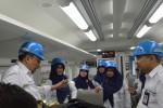 Direktur Produksi PT Industri Kereta Api (Inka) Hendy Hendratno Adji (kiri) berbincang dengan karyawan PT Inka saat peluncuran Kereta Api K1 (kelas eksekutif) dari PT Inka ke Stasiun KA Madiun, Jawa Timur, Jumat (4/3/2016).  (JIBI/Solopos/Siswowidodo)