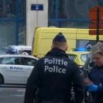 Petugas kemanan di Bandara Brussels sesaat setelah ledakan terjadi (Reuters)
