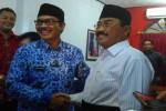 Hasto Wardoyo dan Sutedjo bertemu di sekretariat Dewan Pimpinan Cabang (DPC) PDI Perjuangan Kulonprogo untuk mengambil formulir pendaftaran sebagai calon kepala daerah, Kamis (17/3/2016) sore.(Rima Sekarani I.N./JIBI/Harian Jogja)