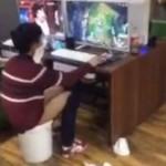 Seorang bocah BAB di ember demi bermain game. (Shanghaiist.com)