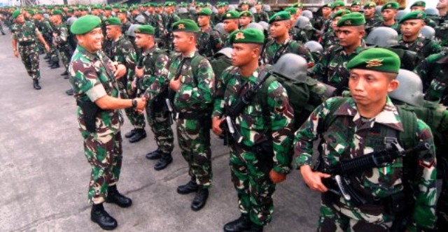 Pangdam IV/Diponegoro Mayjen TNI Jaswandi (kiri) menyalami prajurit Yonif 408/Suhbrastha di Pelabuhan Tanjung Emas, Semarang, Sabtu (19/3/2016). (JIBI/Solopos/Antara/Aditya Pradana Putra)