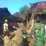 Warga bersama sukarelawan, BPBD, TNI dan Polri membersihkan kawasan permukiman di Giriwoyo yang diterjang puting beliung, Sabtu (26/3/2016) lalu. (JIBI/Solopos/Istimewa)