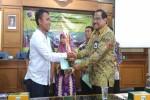 Direktur Utama (Dirut) BPD DIY Bambang Setiawan (kanan) menyerahkan piala kepada salah satu pemenang Kompetisi WIrausaha Muda Istimewa di kampus 1 UAD, Rabu (23/3.2016). (Bernadheta Dian Saraswati/JIBI/Harian Jogja)