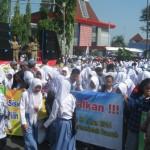 Para pelajar jenjang SLTA Sukoharjo mengikuti demo damai penolakan pengambilalihan SLTA ke provinsi di simpang lima atau proliman, Sukoharjo, Senin (28/3/2016). (Trianto Hery Suryono/JIBI/Solopso)