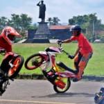 Aksi freestyler motor di Ambarawa, Kabupaten Semarang, , Rabu (23/3/2016). (JIBI/Solopos/Antara/Aditya Pradana Putra)