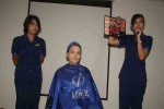 Tiar (kanan) bersama seorang model yang tengah dirias menjelaskan tentang warna-warna dalam palet. (JIBI/Harian Jogja/IST)