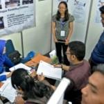 Pencari kerja antre menyerahkan berkas lamaran pekerjaan di stan perusahaan, peserta bursa kerja di Semarang, Rabu (2/3/2016). (JIBI/Solopos/Antara/R. Rekotomo)