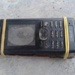 Ponsel rusak yang selalu dibawa Cahyono si bocah tuna grahita. (Istimewa/Facebook)
