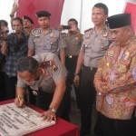 Kapolda Jawa Tengah, Irjen (Pol) Nur Ali (menunduk) menandatangani prasasti peresmian tiga mapolsek, Selasa (8/3/2016) didampingi Bupati Sukoharjo, Wardoyo Wijaya. (Trianto Hery Suryono/JIBI/Solopos)