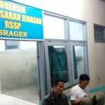 Kapolres Sragen AKBP Ari Wibowo (kanan) menunggu proses pemandian jenazah Bripka Sarwo Edi Wibowo di Ruang Jenazah RSUD Soehadi Prijonegoro Sragen, Rabu (30/3/2016) malam. (M Khodiq Duhri/JIBI/Solopos)